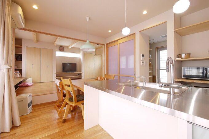 キッチンの窓側は乳白色のアルミフレーム扉で透明感ある仕上がりに