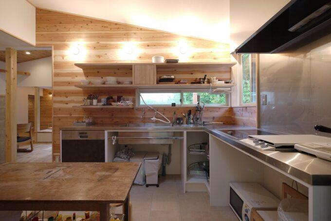 森を望むキッチン