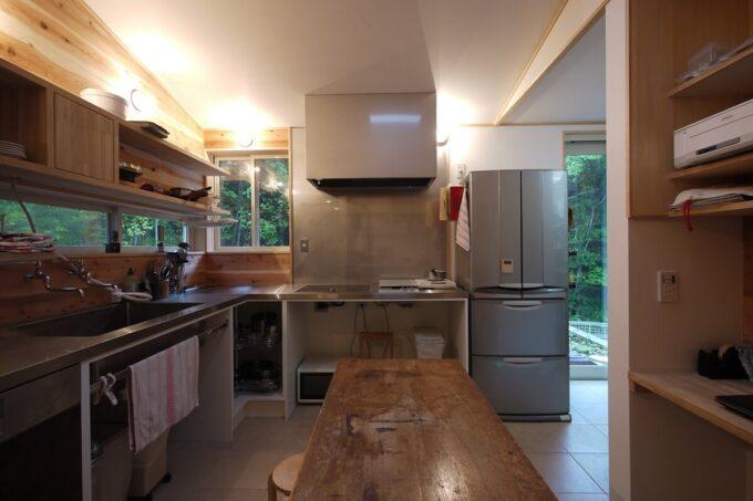 個性的なオープン収納のキッチン