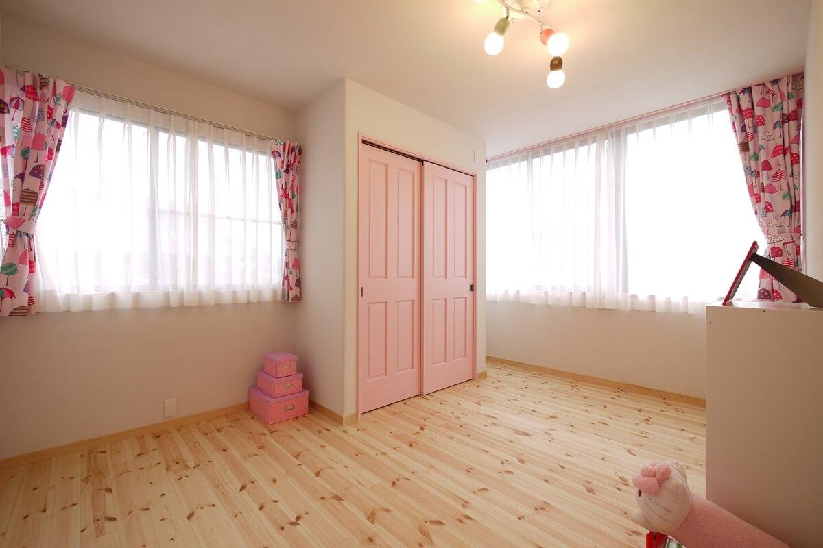 ベビーピンクのインテリアの子ども部屋