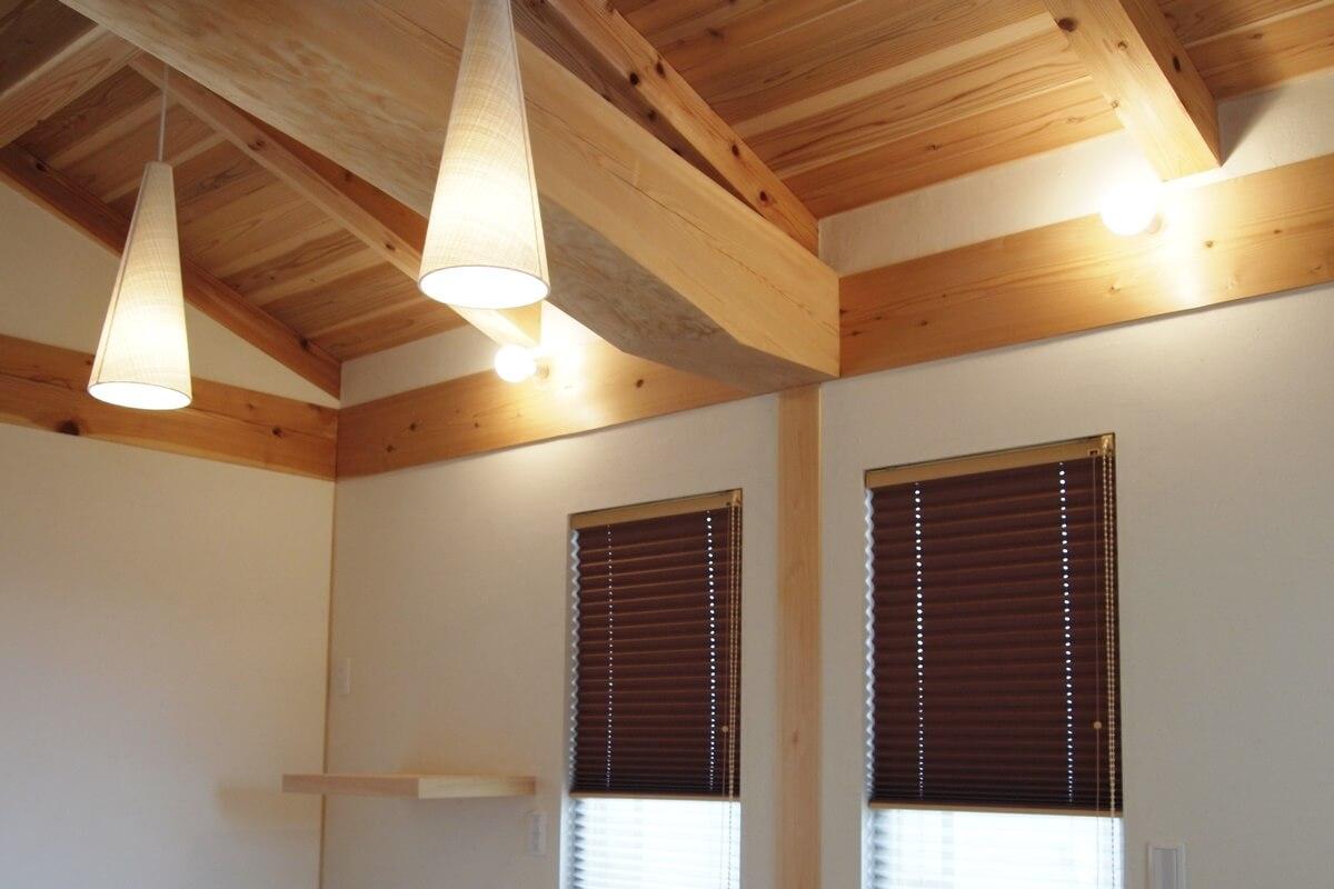 丸太梁の主寝室とプリーツスクリーン