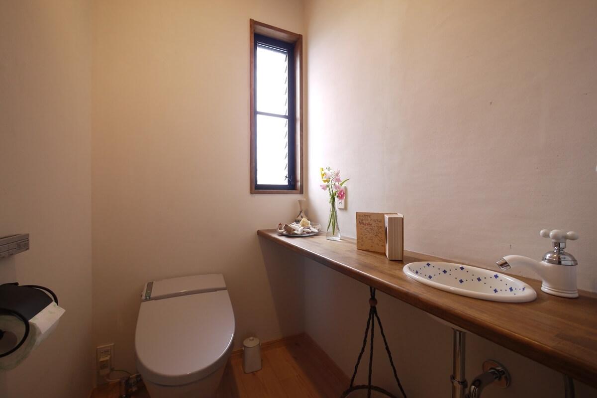 陶器のかわいい手洗いのあるトイレ