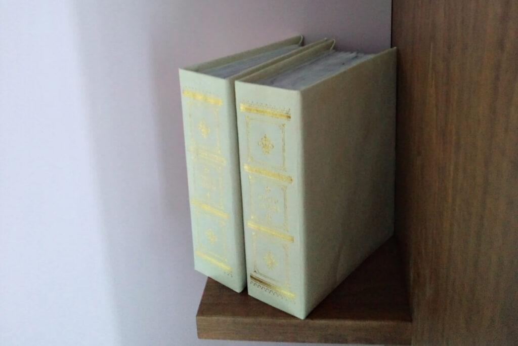 本や鉛筆立てなどを置くように設けた小さな棚
