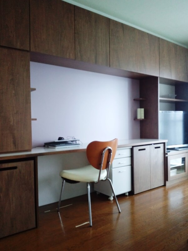 テレビ台、ファミリーデスクを兼ねた壁面いっぱいの造作家具