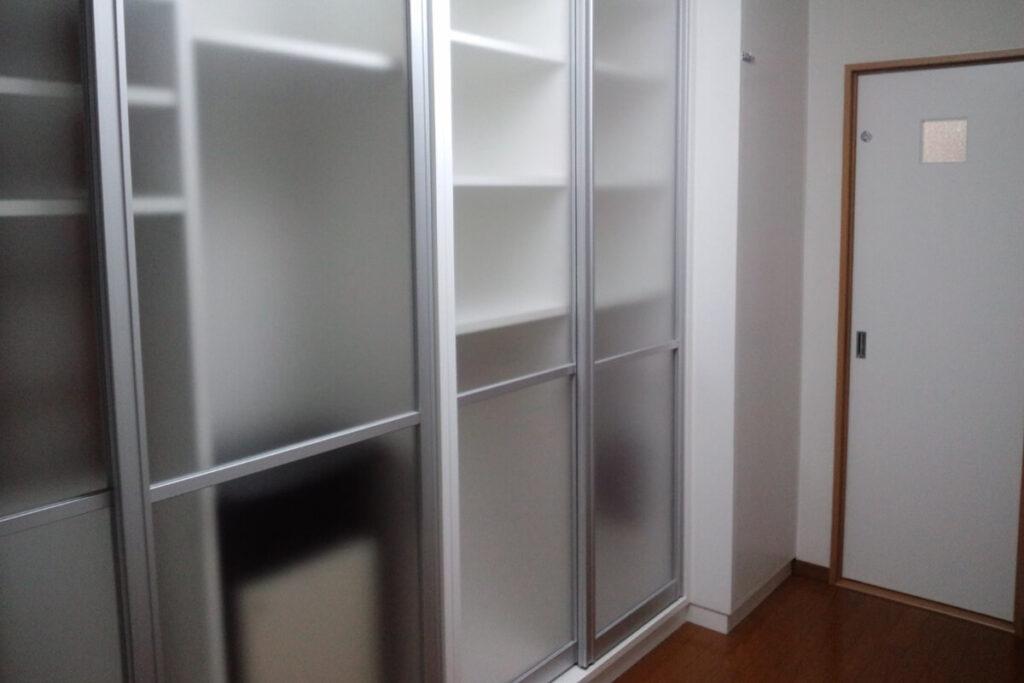 衣服をかける部分は白い扉の収納にして奥行を深くしています