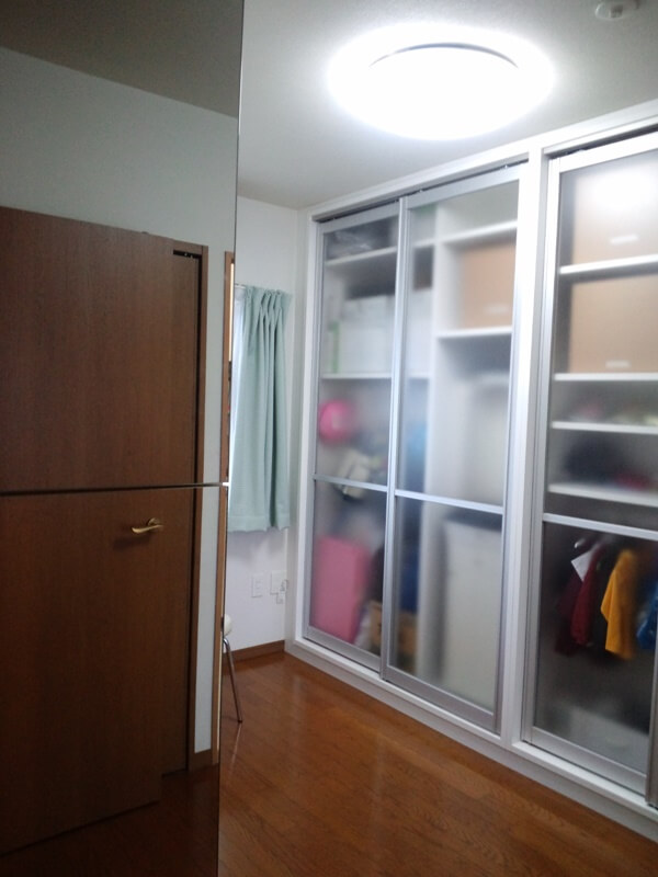 縦にコンパクトに収納できる納戸の壁面収納