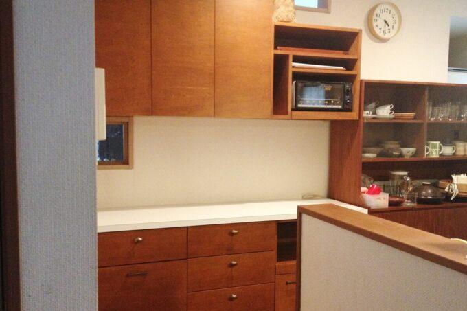 キッチンに家電も置ける造作家具を設置