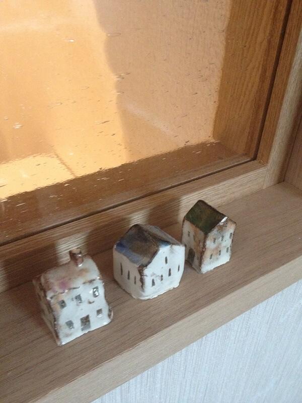 玄関とキッチン背面収納の間に設けた小窓