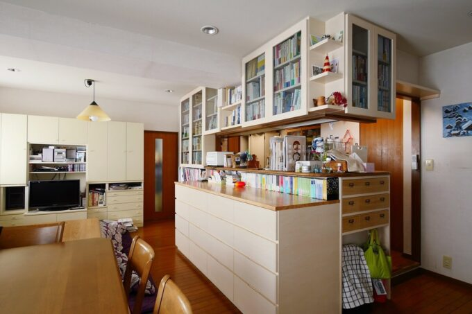キッチンとダイニングの間に設けられた本棚