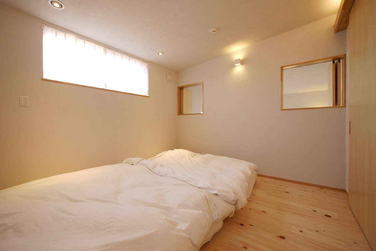 高い位置に窓がある寝室