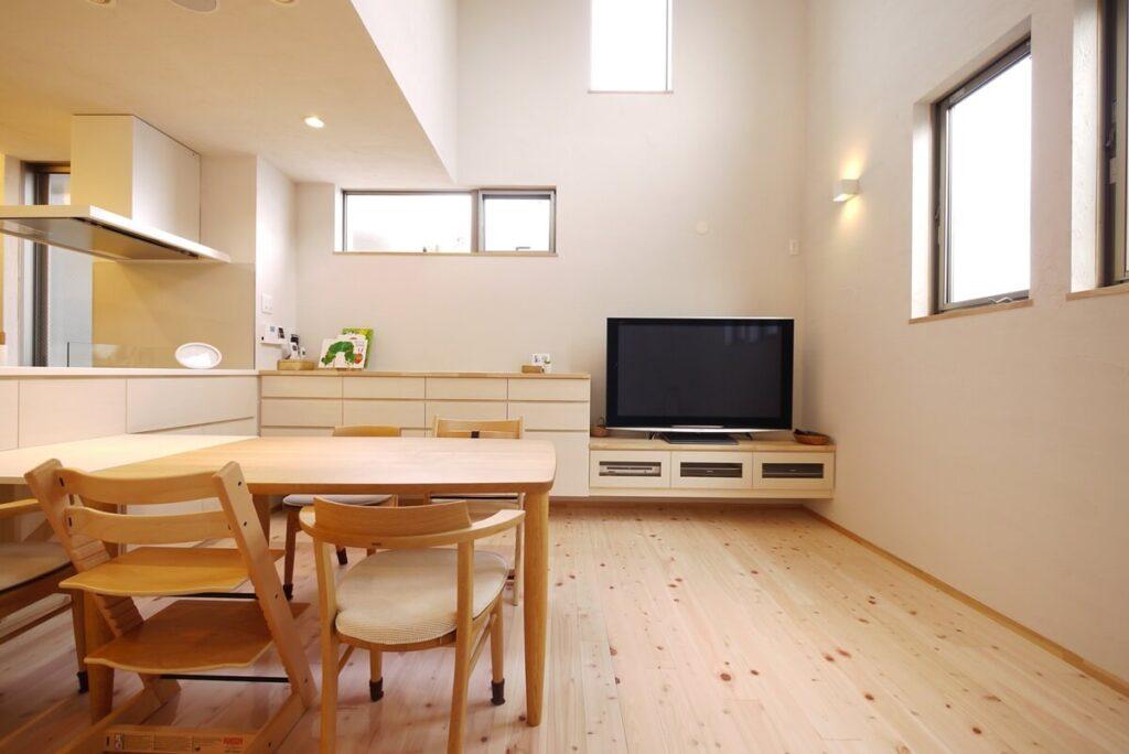リビングダイニングの壁面側はテレビ台と引き出し収納の造作家具