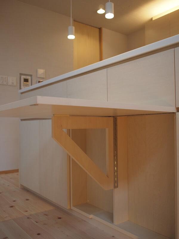 キッチンカウンターの中央の扉が跳ね上げ式テーブルに