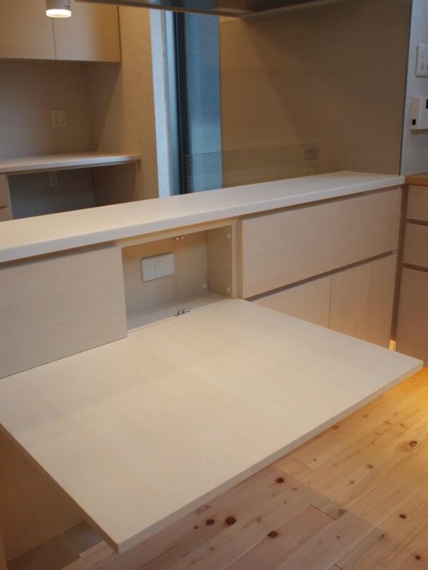 家具の跳ね上げ式テーブル上部の扉の中にはガスコックが隠れています