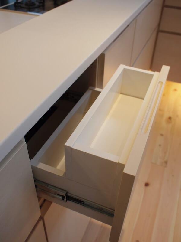 キッチンカウンターにカトラリーボックス付の引き出し