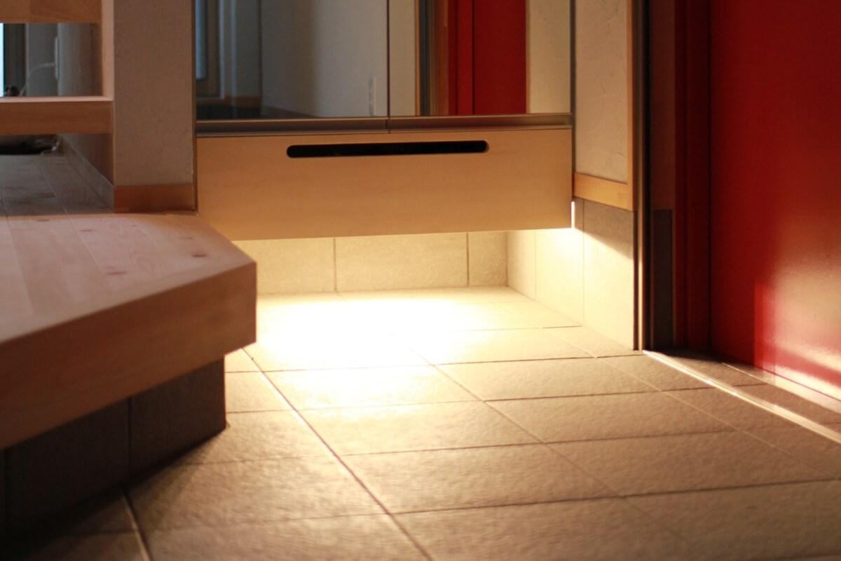 下足箱の下部は間接照明