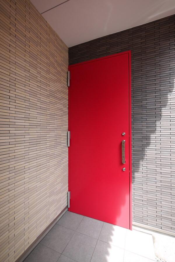えんじ色の玄関ドア