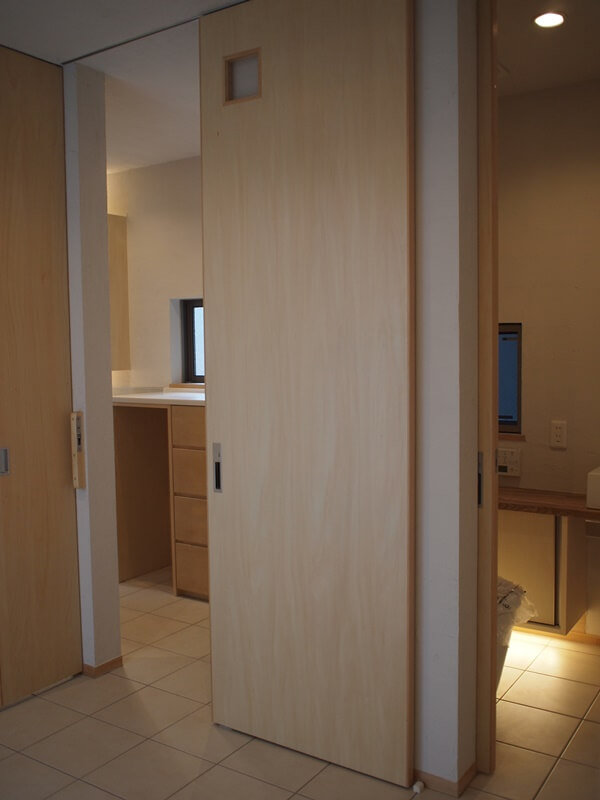 インナーテラスから見た洗面所とトイレ