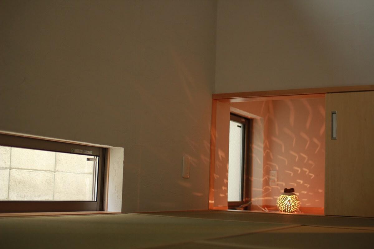 階段下の飾るステージがある和室