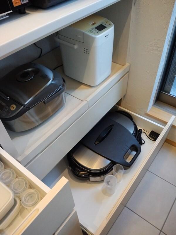 炊飯器などを置くスライドトレーと浅い引き出し