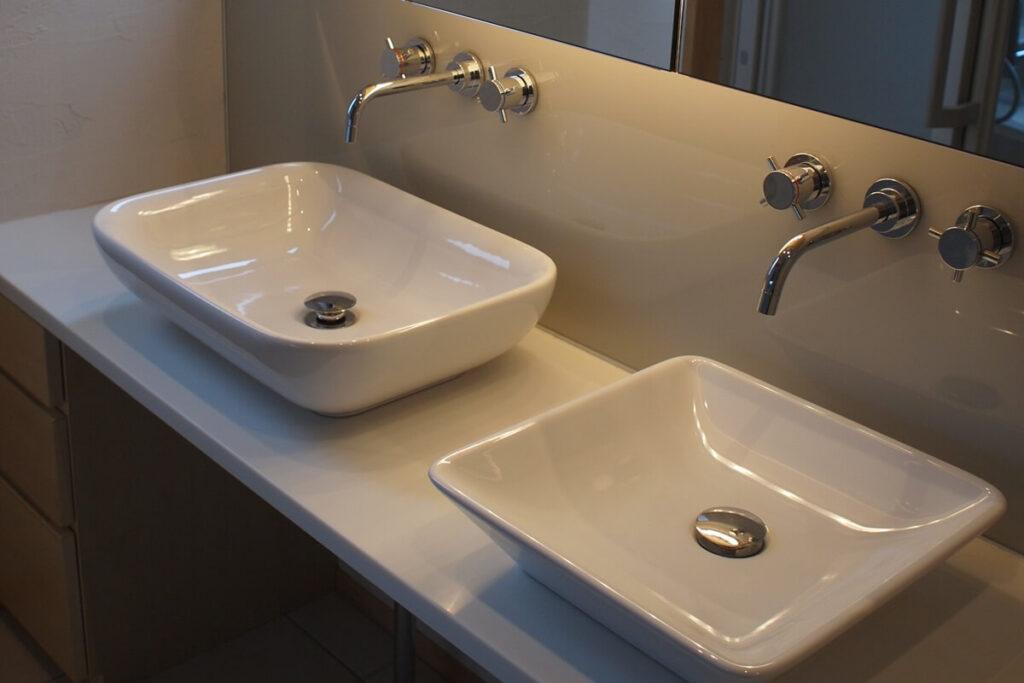 家族が同時に使えるよう2ボウルの洗面台