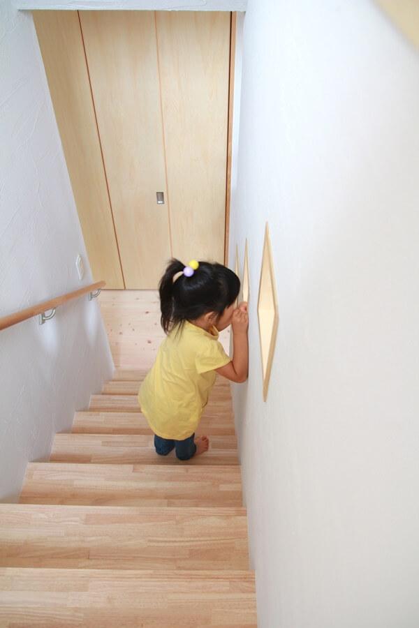 リビングから斜めにあがる3つの小窓はお子さんが覗くことも。
