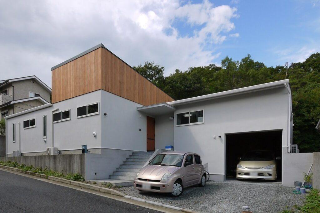 板張とシンプルな白壁の平屋外観