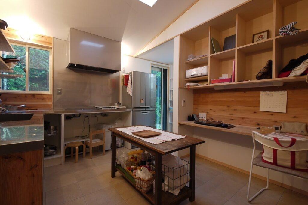 キッチン中央の作業棚はアンティークテーブル