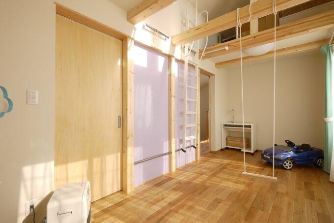 梁下で2室に分けられる子ども部屋