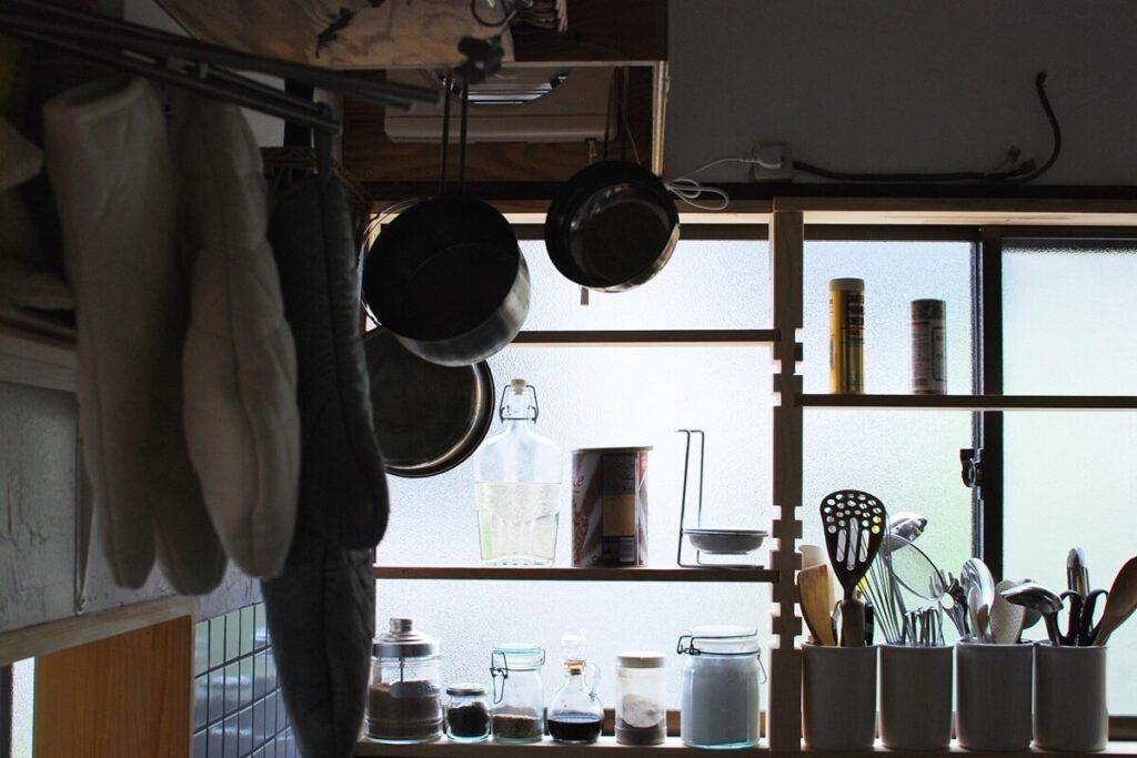 飾ることや、使いやすさを考えオープン棚を多用したキッチン