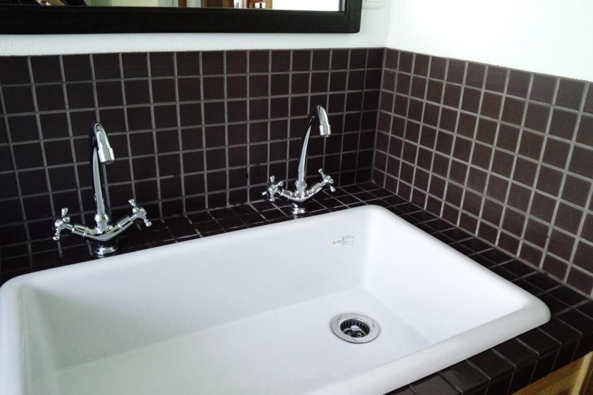 深めで広く使えるシンプルな流しの洗面台