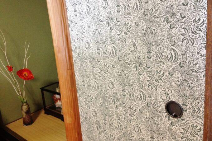 和室の襖にウィリアムモリスの壁紙を使用