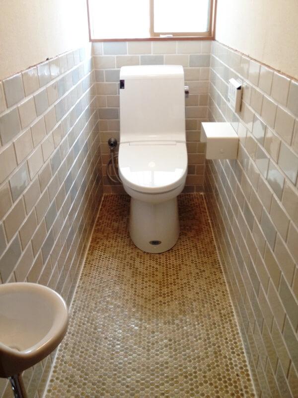 トイレの床の古い六角形タイルを活かすため腰壁タイルを入替