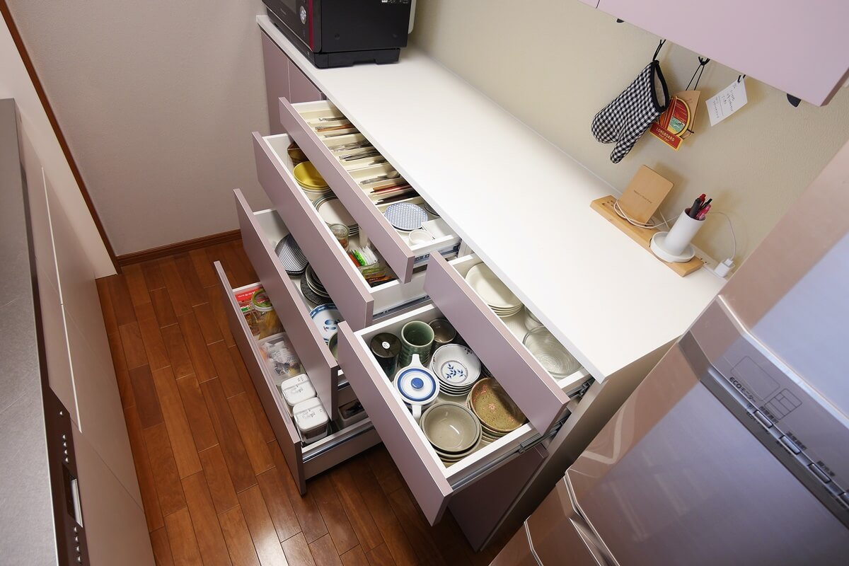細かく高さ設定したキッチン背面収納