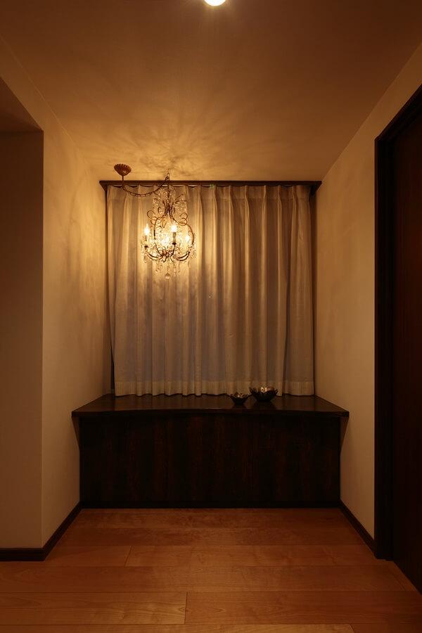 シャンデリアをデザインベースとした玄関