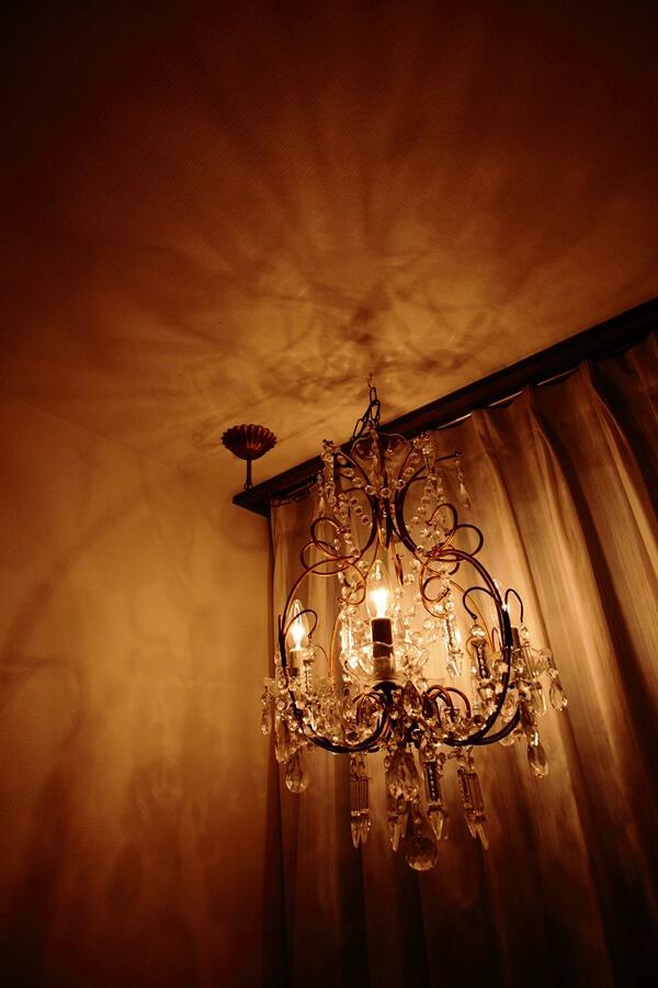 玄関のシャンデリアとミラーレースカーテン