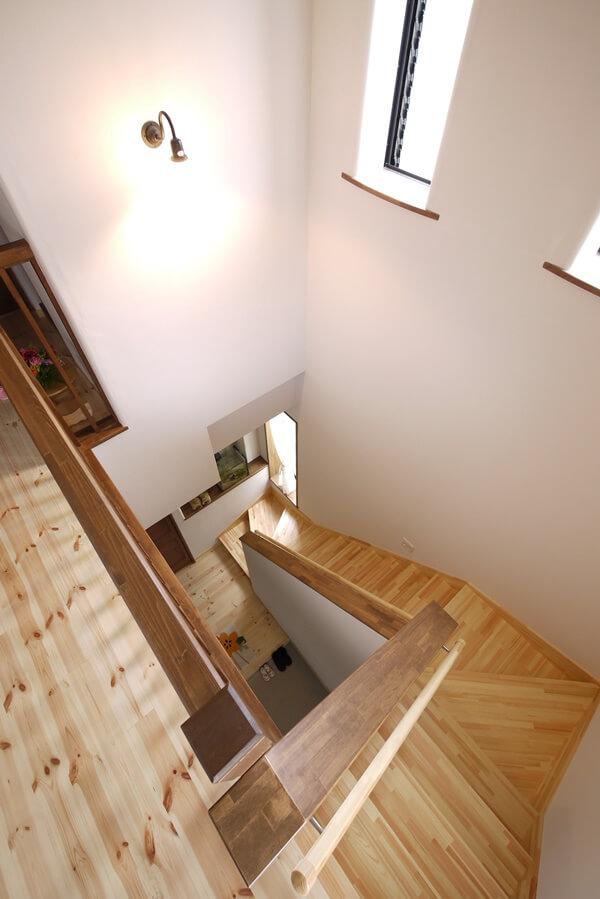 高い窓から明るい光が差し込む階段