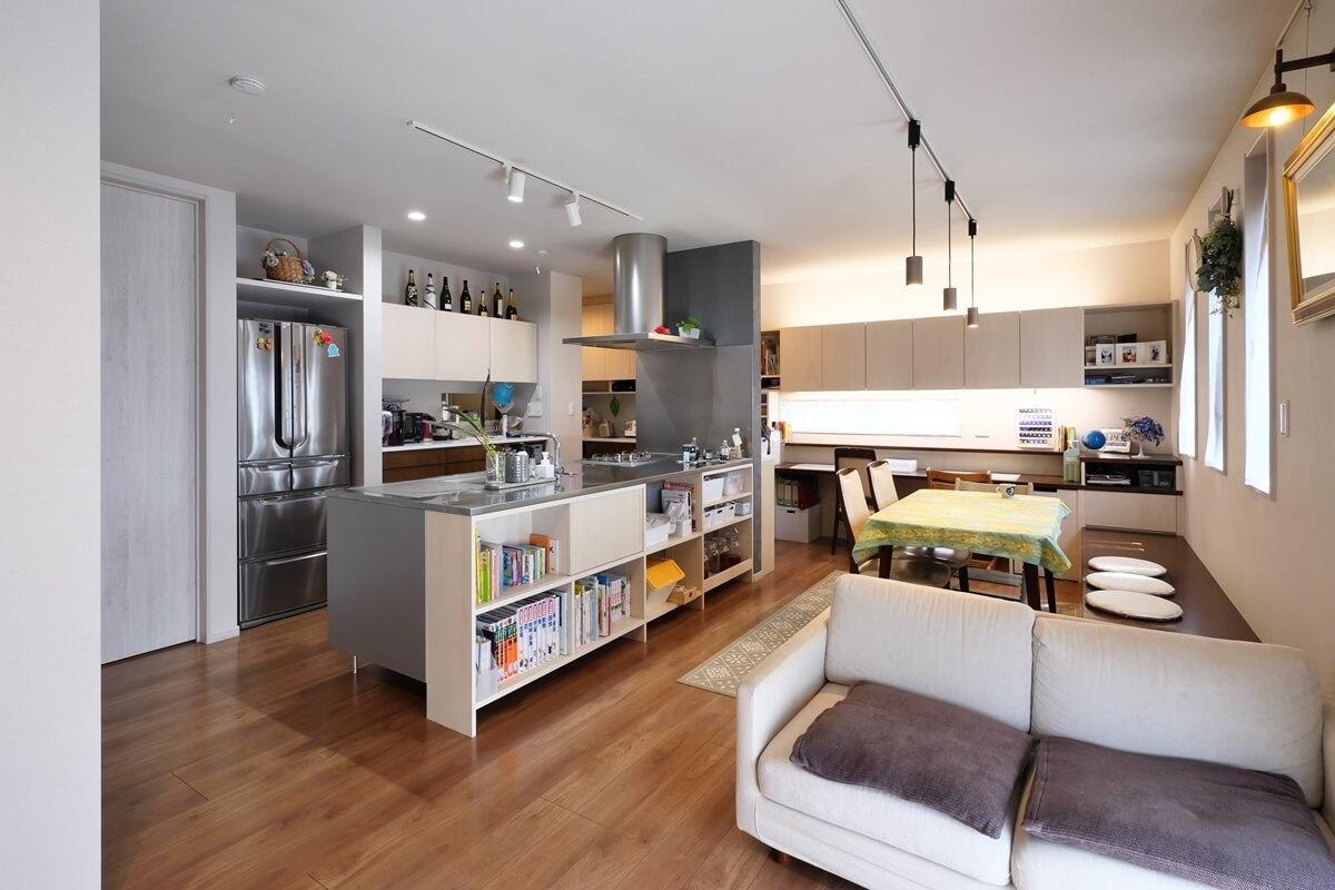 統一したデザインの造作家具を設けたリビングダイニングキッチン