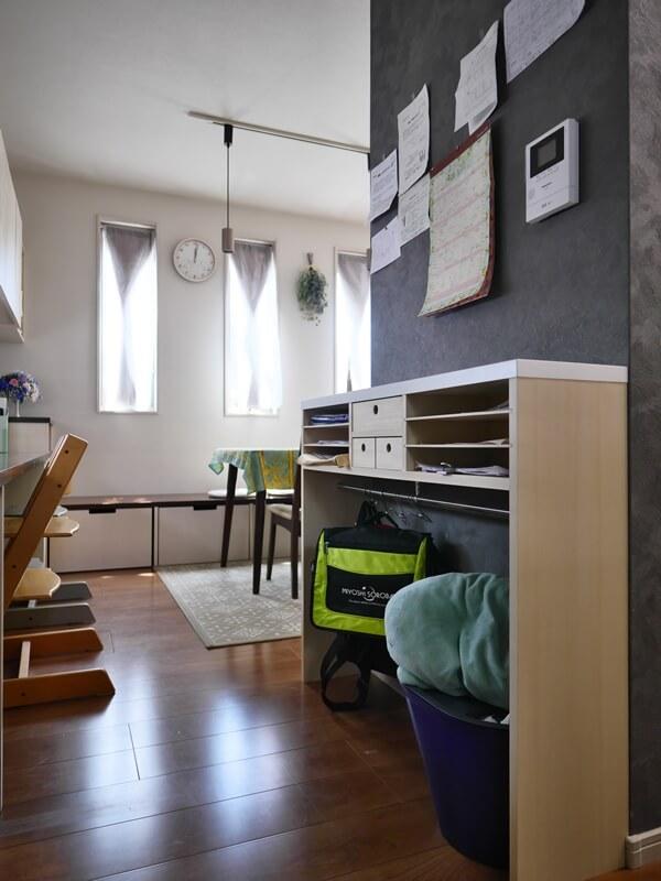 キッチンの壁裏には書類を置いたり壁に貼ったりできるスペースを