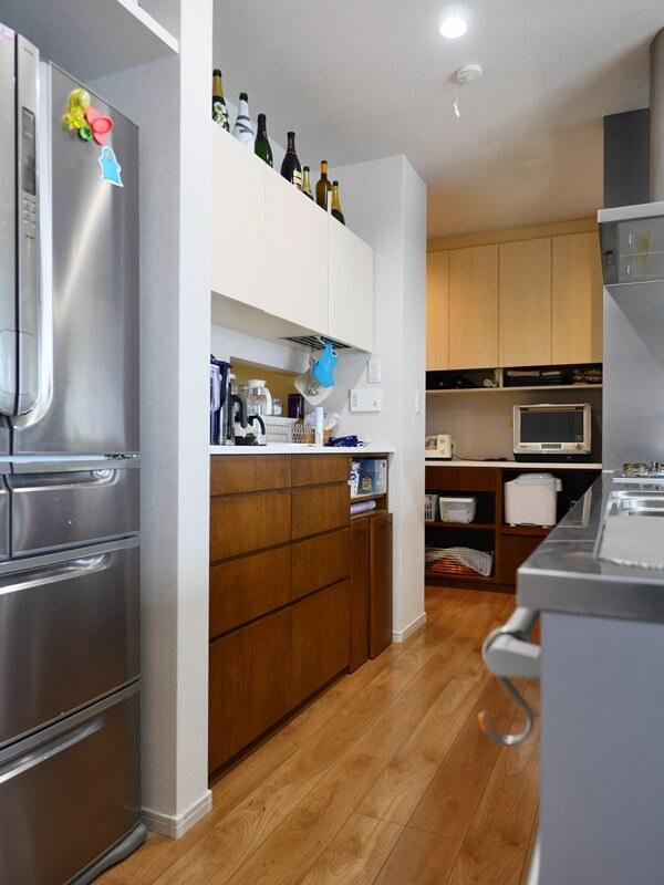 カウンターを高めにして、収納力を設けたキッチン背面収納
