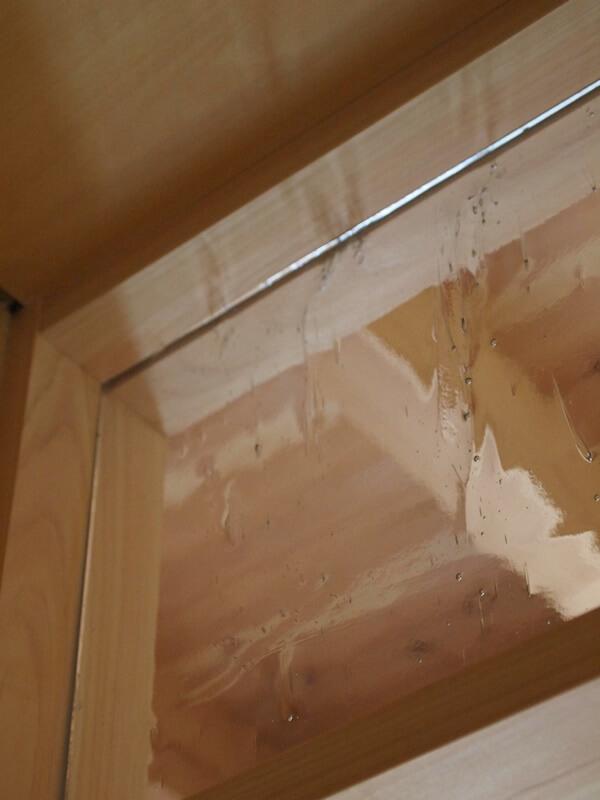 玄関と廊下の間に装飾ガラスの垂れ壁