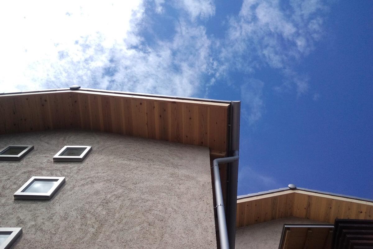 高千穂シラスのそとん壁の外壁と杉板の軒裏