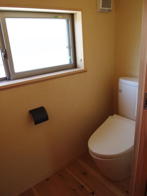 2階は明るく風通りの良いトイレ