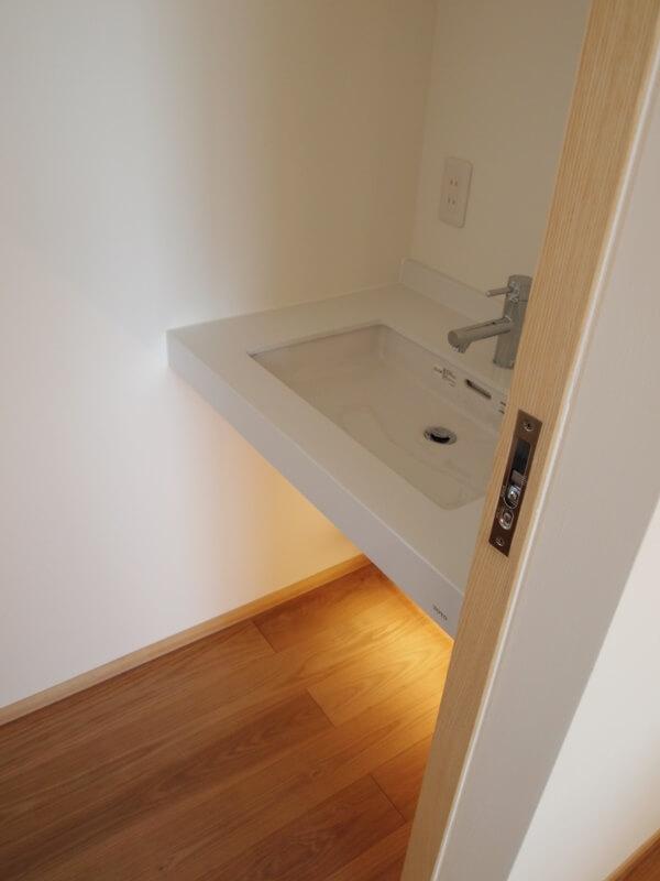 2階のトイレの手洗いは大きめのボウル