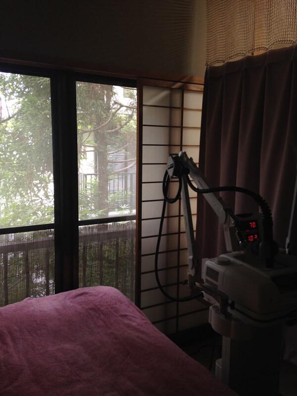 障子を開けると屋外の木々に落ち着く鍼灸院