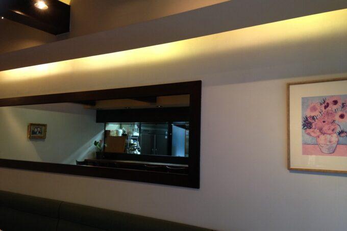 漆喰塗料の壁に間接照明が当たると光がやわらかくなります