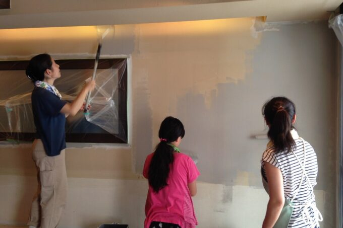 漆喰塗料をセルフペイントしている様子