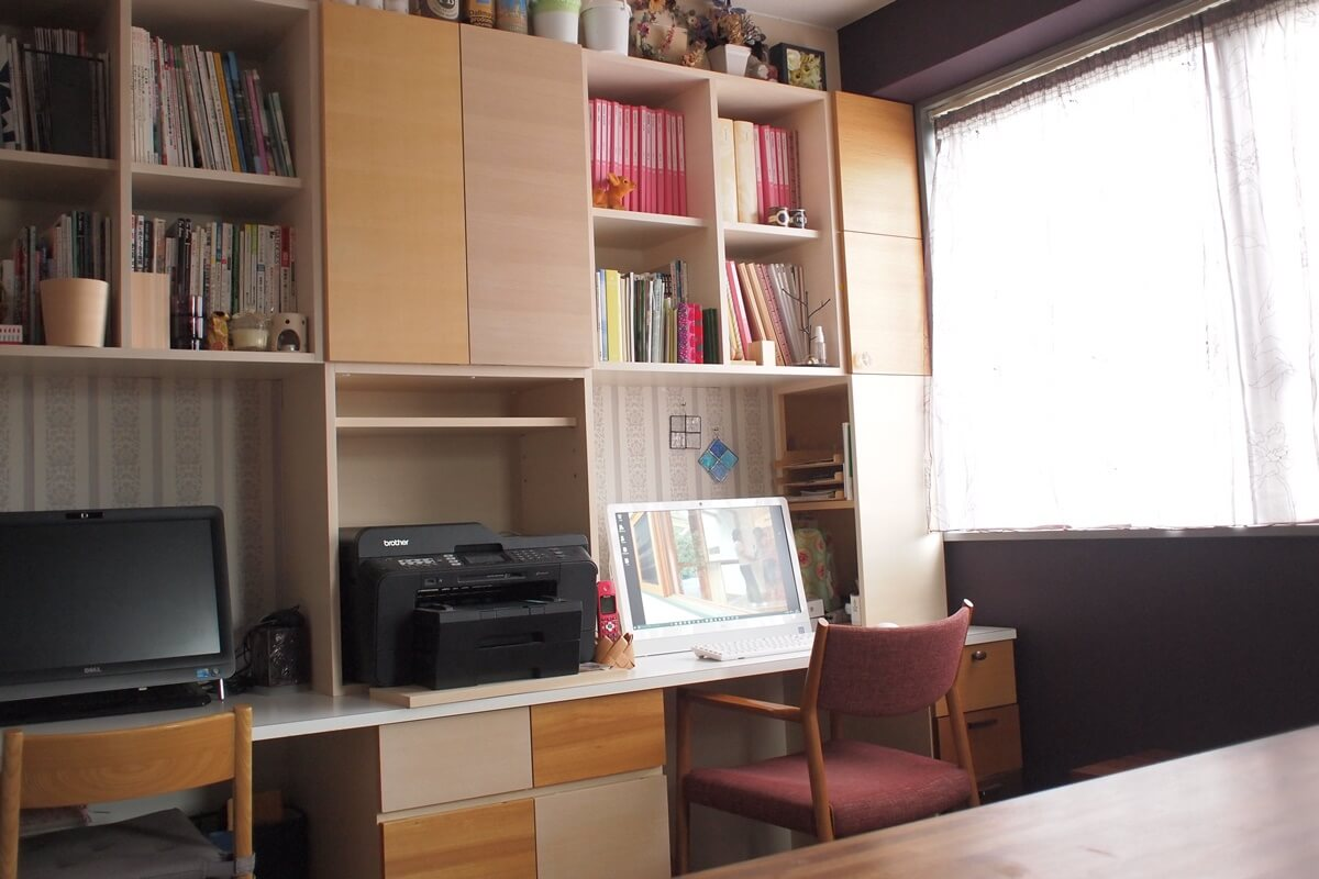オフィスデスク収納の扉はいろんな樹種、塗装色の面材を使っています