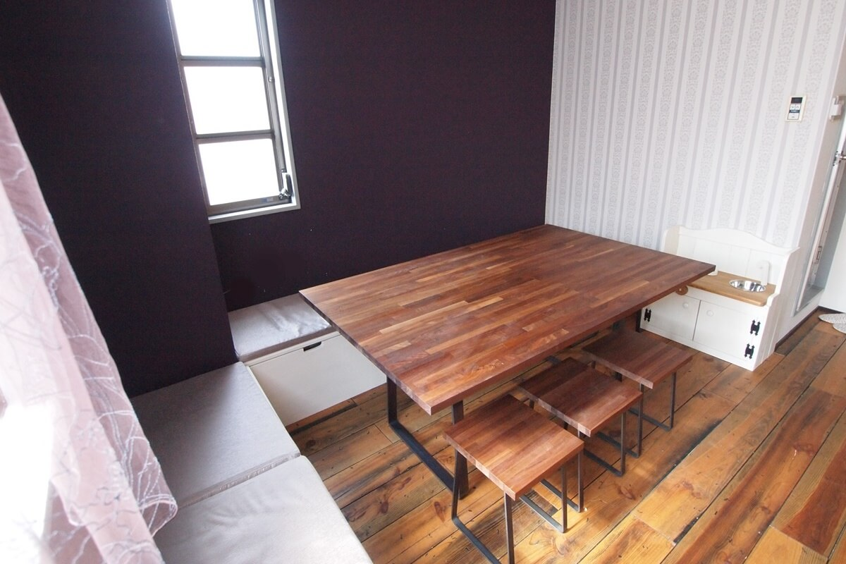 ウォールナットの集成材と黒皮鉄の脚のテーブル
