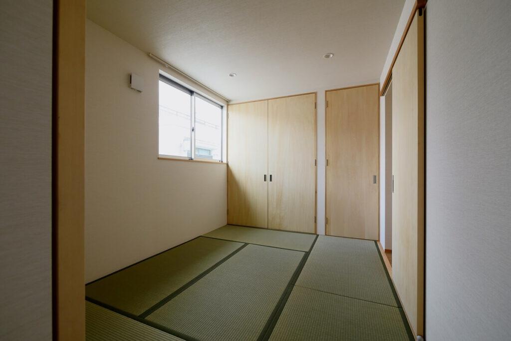 畳敷で窓から空を眺める寝室