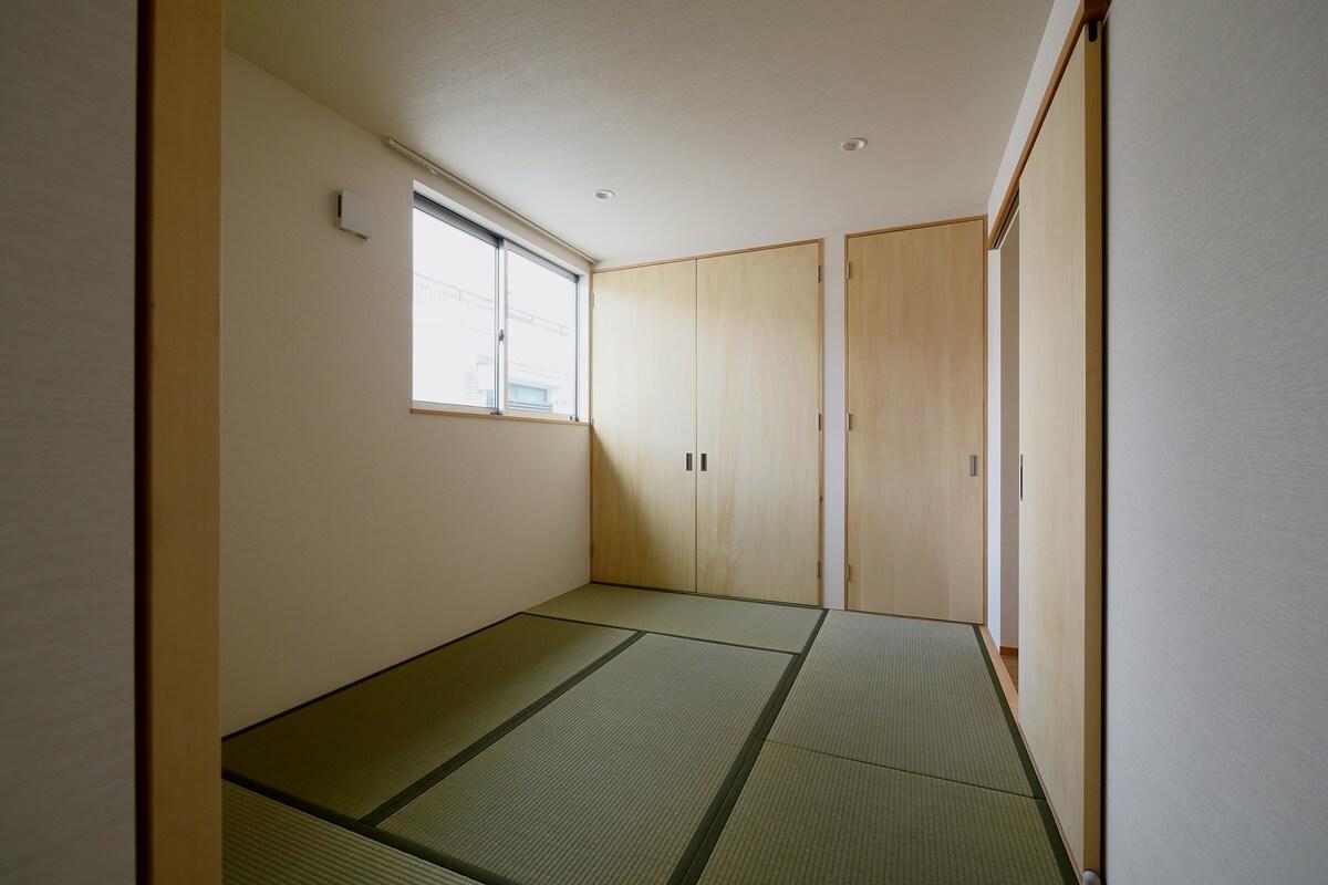 寝室は和室の印象を少し抑えた畳敷の部屋